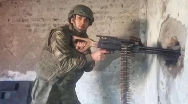 Göğsüne isabet eden iki mermiye rağmen silah arkadaşlarının hayatını kurtardı