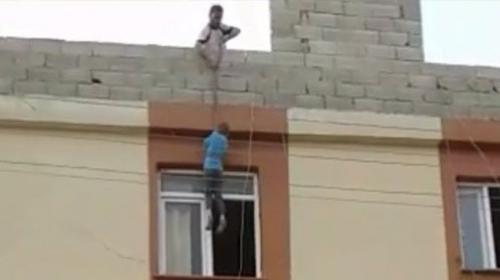 Çilingir çağırmak yerine çocuğunu iple çatıdan sarkıttı