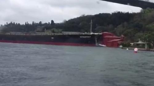 İstanbul Boğazı'nda bir gemi yalıya çarptı