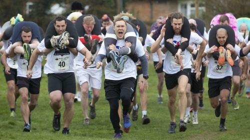 İngiltere'deki geleneksel eş taşıma yarışında çiftler ter döktü