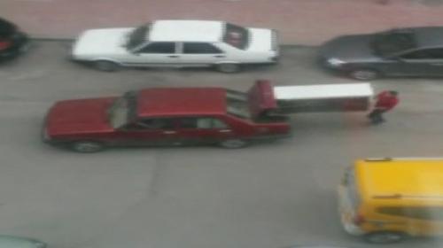 Buzdolabını otomobilin bagajında böyle taşıdılar