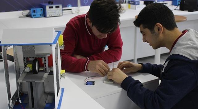Lise öğrencilerinden parayı temizleyen cihaz