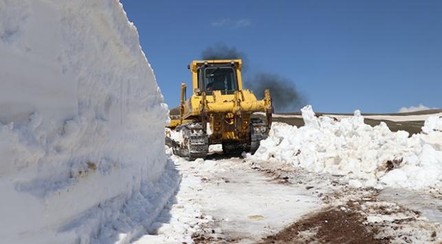 Baharda karla kaplı yolu açmak için 1 hafta uğraştılar