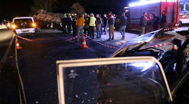 Nevşehirde kamyonet otomobil ile çarpıştı: 5 ölü