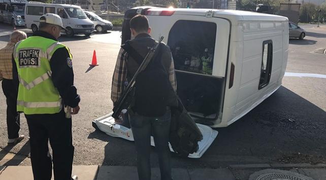 Askeri personeli taşıyan servis aracı otomobille çarpıştı
