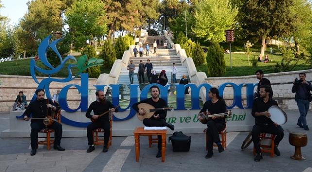 İranlı sanatçılar Adıyamanda sokak konseri verdi