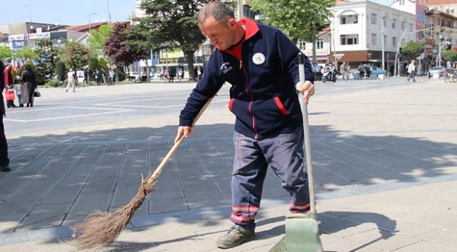 Temizlik işçisi bulduğu altın ve para dolu çantayı polise teslim etti