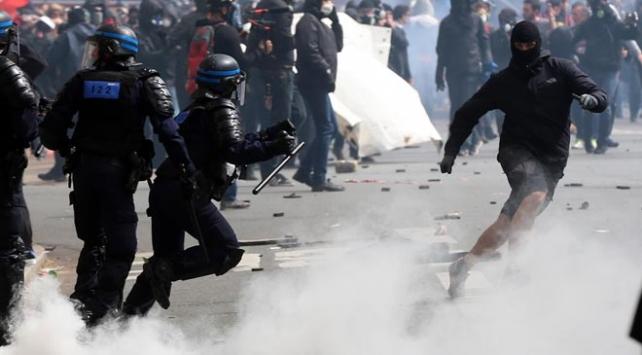 Fransada göstericilerle polis arasında çatışma