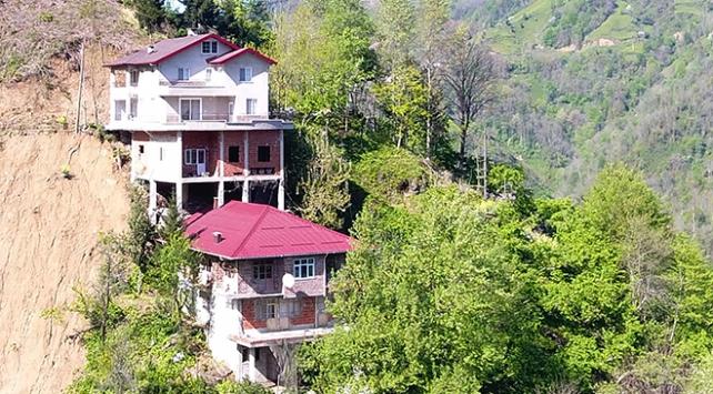 Rizede ev üstüne 2 katlı ev inşa etti