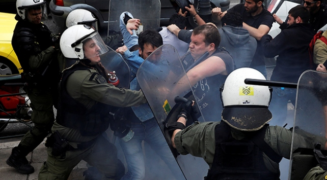 Yunanistan karıştı: Göstericiler Harry Trumanın heykelini yıkmak istedi