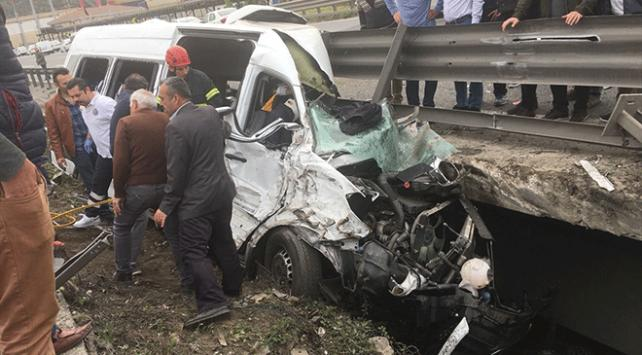 Kocaelide tır ile minibüs çarpıştı: 1 ölü, 6 yaralı