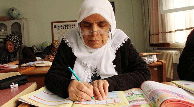 Cennet Teyze, 73 yaşında okuma yazma öğreniyor