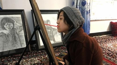 Muhammedi, Afgan kadınının çilesini ağzıyla çizdiği resimlerle anlatıyor