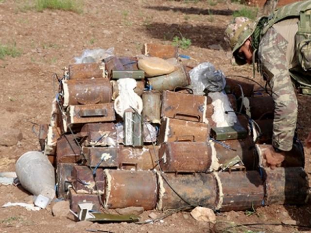 TSK, Afrinde evlere tuzaklanan bombaları imha etti