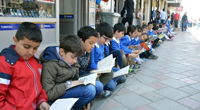 Ağrıda öğrenciler farkındalık için sokakta kitap okudu