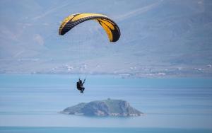 Van Gölü semalarında yamaç paraşütü keyfi