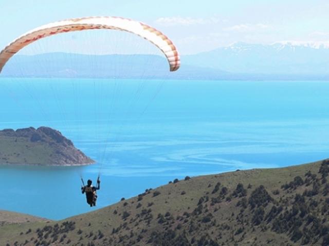Van Gölünün muhteşem manzarası paraşüt tutkunlarını bekliyor