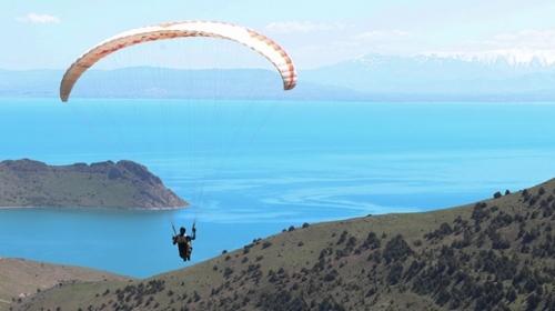 Van Gölü'nün muhteşem manzarası paraşüt tutkunlarını bekliyor