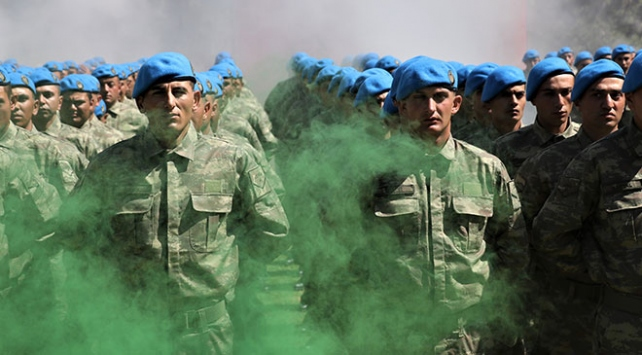 Uzman erbaşlar mavi bere taktı