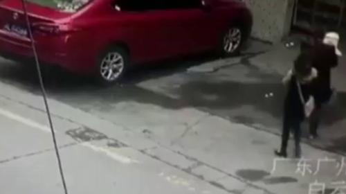 Yolda yürüyen kadının başına köpek düştü