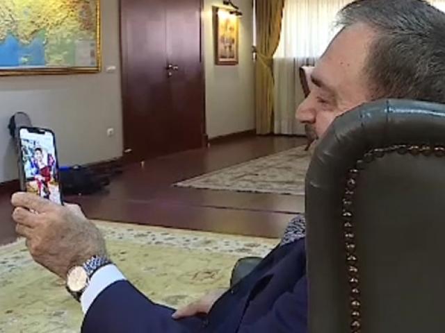 Bakan Eroğlu yorgunluğunu torunlarıyla atıyor