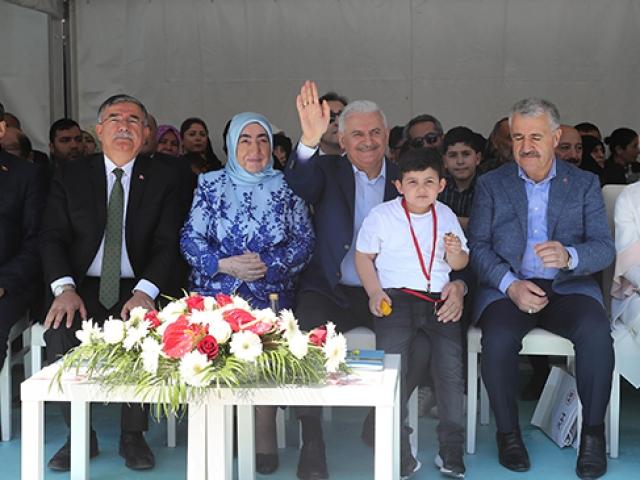 Başbakan Binali Yıldırımın İzmir programına torunu renk kattı
