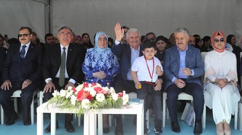 Başbakan Binali Yıldırım'ın İzmir programına torunu renk kattı