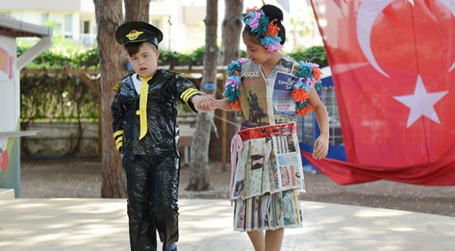 Down sendromlu çocuklar atık malzemelerden giysi yaptı