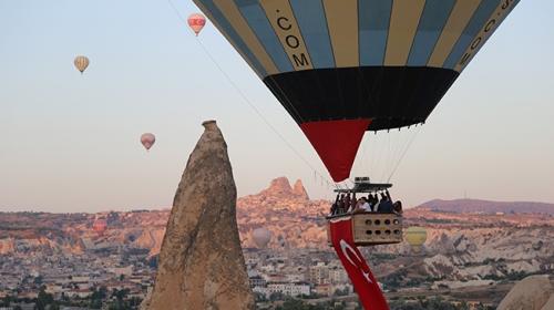 Kapadokyada balonlar 23 Nisan için havalandı