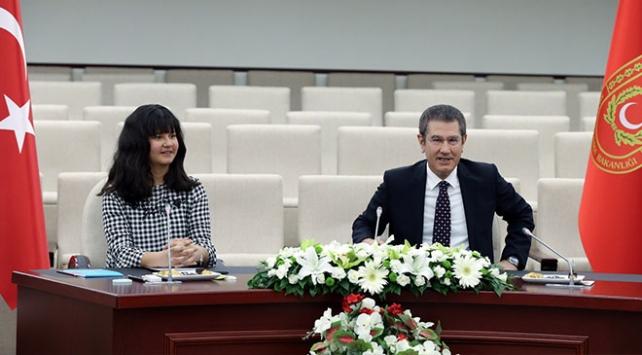 Bakan Caniklinin koltuğuna Afrin şehidinin kızı oturdu