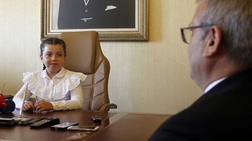 Vali koltuğuna oturan minikten belediye başkanına talimat