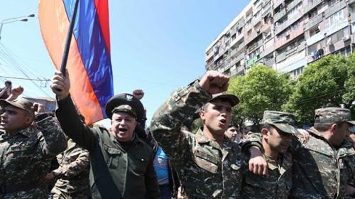 Ermenistandaki protestolara askerler de katıldı
