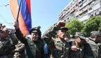 Ermenistan'daki protestolara askerler de katıldı
