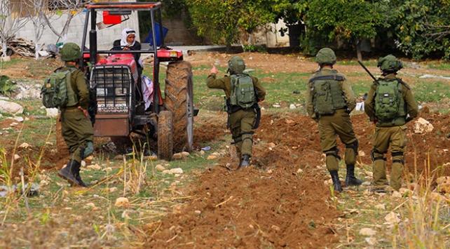 Filistinli çiftçi İsrail mermilerine aldırmadan arazisini ekiyor