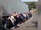 Rampada kalan tır, 40 kişinin yardımıyla yoluna devam etti