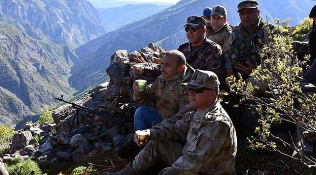 Tunceli Valisi, teröristlerin girilemez dediği alanda Mehmetçik ile çay içti