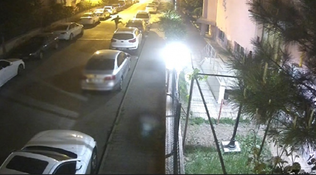 Saldırgan, park halindeki lüks araçlara tekme attı