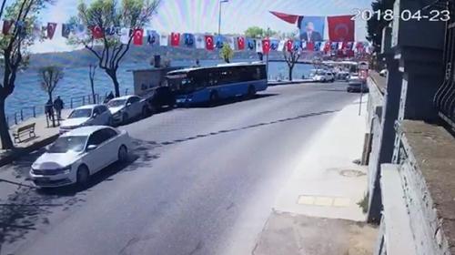 İstanbulda kontrolden çıkan otobüs, park halindeki 4 araca çarptı