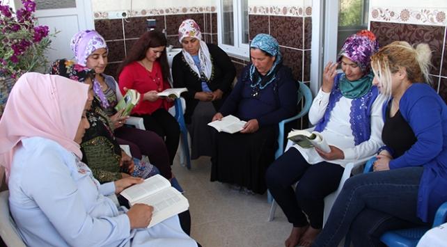 Köydeki işlerini bırakıp, birlikte kitap okuyorlar