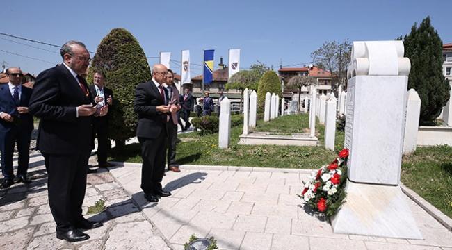 Başbakan Yardımcısı Şimşek, Aliya İzetbegovicin kabrini ziyaret etti