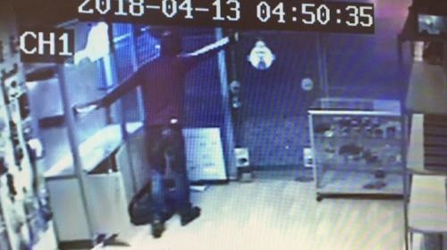 Marketi soymak için giren soyguncuyu müşteri engelledi