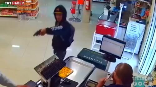 Eli silahlı hırsızı müşteri etkisiz hale getirdi