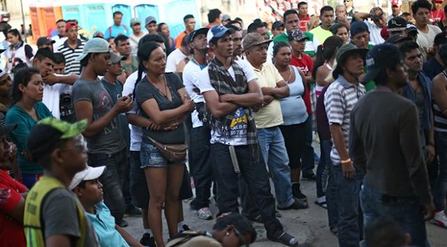 Trumpın dağıtılmasını istediği göçmenler sınırda toplandı