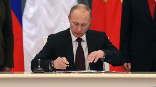 Putin, yazısını okuyamayınca kendini ti'ye aldı