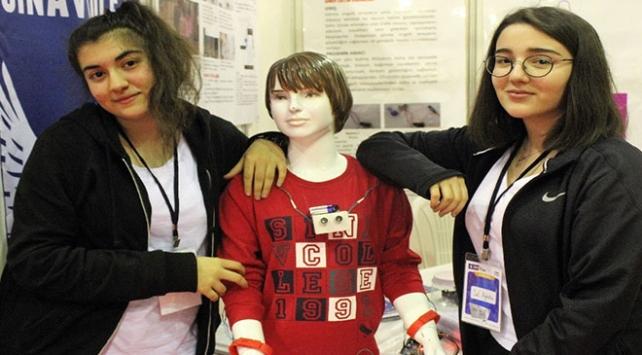 Liseli öğrenciler görme engelliler için cihaz üretti