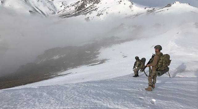 Güvenlik güçleri PKKlı teröristlere karlı dağlarda da göz açtırmıyor