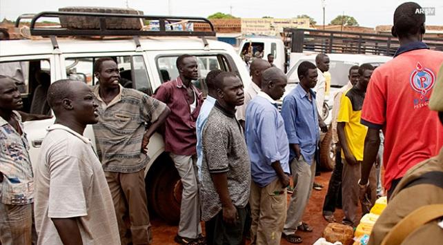 Sudanda benzin kuyrukları bir kilometreyi aşıyor