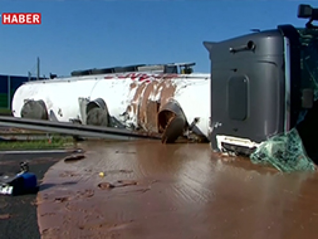 12 ton sıvı sütlü çikolata taşıyan kamyon devrildi
