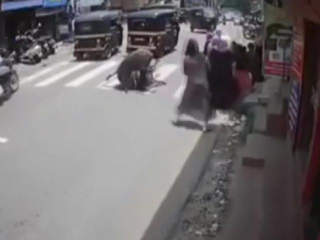 Hindistanda öfkeli boğa kadını hedef aldı