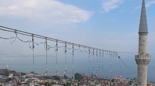 İstanbul camilerinin gerdanlığı mahyalar asıldı